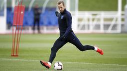 Striker Inggris, Harry Kane, menendang bola saat latihan jelang laga kualifikasi Piala Eropa di St George's Park, Selasa (19/3). Inggris akan berhadapan dengan Republik Ceko. (AP/Martin Rickett)