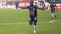 Gelandang PSIS Semarang, Ibrahim Conteh merayakan golnya ke gawang PSMS Medan. (Bola.com/Ronald Seger)