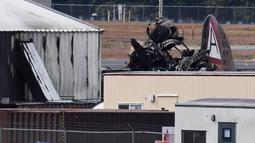 Bangkai pesawat pengebom era Perang Dunia II milik Amerika Serikat setelah jatuh di Bandara Internasional Bradley, Connecticut, Rabu (2/10/2019). Saat insiden terjadi, pesawat tersebut sedang membawa sepuluh penumpang dan tiga kru. (AP Photo/Jessica Hill)