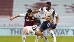 Gelandang Aston Villa, Trezeguet (kiri) menguasai bola dibayangi gelandang Tottenham Hotspur, Japhet Tanganga dalam laga lanjutan Liga Inggris 2020/2021 pekan ke-29 di Villa Park, Minggu (21/3/2021). Aston Villa kalah 0-2 dari Tottenham. (AP/Tim Keeton/Pool)