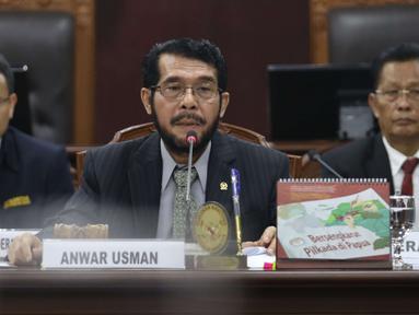 Ketua rapat pleno Anwar Usman saat pemilihan ketua Mahkamah Konstitusi di Jakarta, Senin (2/3). Pada pemilihan ketua MK ini para hakim konstusi melakukan voting untuk memilih ketua yang baru. (Liputan6.com/Angga Yuniar)