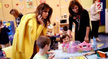 Gaya berbusana Melania Trump saat mengunjungi sebuah rumah sakit di Ohio, Amerika Serikta, menjadi sorotan.