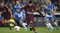 Aksi bintang Barcelona, Lionel Messi saat melakukan tendangan penalti ke gawang Espanyol pada laga Cpa Del Rey di RCDE Stadium, Cornella de Llobregat, (17/1/2018). Barcelona kalah 0-1. (AFP/Josep Lago)