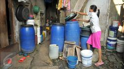 Warga mengambil air bersih dalam jerigen di Penjaringan, Jakarta, (28/3). Penyebab Indonesia krisis air bersih karena masifnya pembangunan di kota-kota besar yang tidak sesuai dengan prinsip kelangsungan hidup alam. (Liputan6.com/Gempur M Surya)
