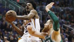 Pebasket Boston Celtics, Aron Baynes, menghadang pebasket Phoenix Suns, Josh Jackson, pada laga NBA di Talking Stick Resort Arena, Selasa (27/3/2018). Boston Celtics menang 102-94 atas Phoenix Suns. (AP/Ross D. Franklin)