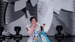Ekspresi Via Vallen saat memperoleh penghargaan kategori penyanyi dangdut solo wanita terpopuler dalam Indonesian Dangdut Awards 2018 di Studio 5 Indosiar, Jakarta, Jumat (12/10). (Liputan6.com/Faizal Fanani)