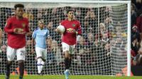 Penyerang Manchester United, Marcus Rashford berselebrasi usai mencetak gol ke gawang Manchester City pada pertandingan leg pertama semifinal Piala Liga Inggris di Old Trafford (7/1/2020). City menang 3-1 atas MU. (AP Photo / Jon Super)