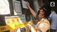 Petugas Sudin Parekraf Jakarta Barat bersama Satpol PP melakukan penyegelan Hotel Wisma Prima di Mangga Besar, Taman Sari, Jakarta Barat, Senin (31/5/2021). Penutupan dilakukan menyusul pengungkapan kasus prostitusi online anak di bawah umur di hotel tersebut. (Liputan6.com/Herman Zakharia)
