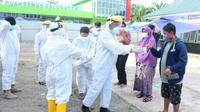 Proses penjemputan sejumlah pasien Covid-19 yang sembuh di Puskesmas Sulugatta Mamuju Tengah (Liputan6.com/Abdul Rajab Umar)