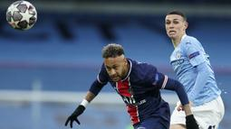 Striker Paris Saint-Germain, Neymar (kiri) berebut bola dengan gelandang Manchester City, Phil Foden dalam laga leg kedua semifinal Liga Champions 2020/2021 di Etihad Stadium, Selasa (4/5/2021). PSG kalah 0-2 dari Manchester City. (AP/Dave Thompson)