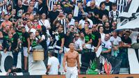 Pemain Juventus, Cristiano Ronaldo membuka baju setelah mencetak gol ke gawang Sassuolo di Stadion Juventus Allianz, Turin, Italia, Minggu (16/9). Ronaldo butuh waktu 320 menit untuk mencetak gol perdananya bagi Juventus. (Andrea Di Marco/ANSA via AP)