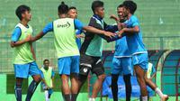 Sesama pemain Arema, Alfin Tuasalamony (kanan) bersitegang dengan Dalmiansyah Matutu (kiri) saat latihan, Kamis (8/11/2018). (Bola.com/Iwan Setiawan)