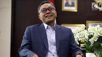 Senyum Ketua MPR Zulkifli Hasan saat menerima kedatangan Ketua Umum PKB Muhaimin Iskandar di Kompleks Parlemen Senayan, Jakarta, Jumat (11/5). Pertemuan membahas kondisi kebangsaan terkini jelang Pilkada 2018 dan Pilpres 2019. (Liputan6.com/Johan Tallo)