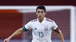 Bek Meksiko, Hector Moreno menggiring bola selama pertandingan melawan Belanda pada laga persahabatan di Johan Cruyff Arena di Amsterdam (7/10/2020). Meksiko menang 1-0 atas Belanda. (AFP/ANP/Maurice Van Steen)