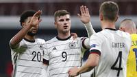 Striker Jerman, Timo Werner, melakukan selebrasi usai mencetak gol ke gawang Ukraina pada laga UEFA Nations League di Red Bull Arena, Minggu (15/11/2020). Jerman menang dengan skor 3-1. (AP/Michael Sohn)