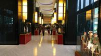 Lobi Hotel Indonesia Kempinski memajang sejumlah benda koleksi dari tiga museum menyambut ulang tahun ke-57. (Liputan6.com/Dinny Mutiah)
