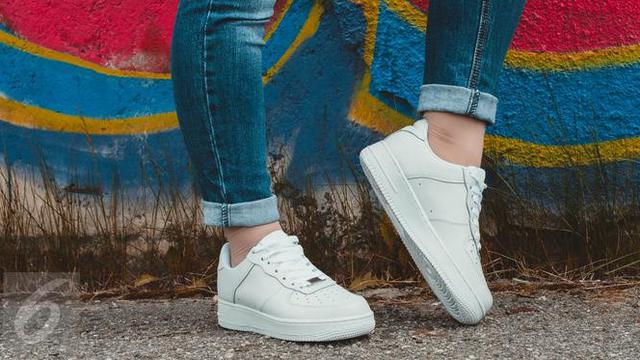 5 Gaya Padu Padan Jeans Dan Sepatu Sneakers Kekinian Fashion