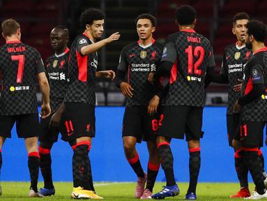 Para pemain Liverpool merayakan kemenangan atas Ajax Amsterdam pada laga Liga Champions di Stadion Johan Cruyff, Kamis (22/10/2020). Liverpool menang dengan skor 1-0. (AP/Peter Dejong)