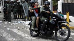 "Seorang demonstran dibawa petugas saat bentrok di San Cristobal, Venezuela (26/10). Unjuk rasa bertajuk ""Ambil Alih Venezuela"" ini menuntut adanya referendum untuk melengserkan Maduro. (REUTERS/Carlos Eduardo Ramirez)"