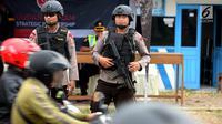 Dua polisi bersenjata laras panjang bersiaga di jalur pantura Jalan Jenderal Ahmad Yani, Bypass, Kota Cirebon, Kamis (22/6). Selama arus mudik Lebaran, pasukan bersenjata lengkap diterjunkan guna mengantisipasi gangguan keamanan (Liputan6.com/Johan Tallo)