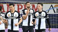 Striker Parma, Graziano Pelle (tengah) melakukan selebrasi usai mencetak gol ke gawang Genoa dalam laga lanjutan Liga Italia 2020/2021 pekan ke-28 di Ennio Tardini Stadium, Parma, Jumat (19/3/2021). Parma kalah 1-2 dari Genoa. (LaPresse via AP/Massimo Paolone)