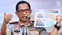 Kapolri Jenderal Tito Karnavian menunjukkan sketsa tersangka kasus penyerangan Novel Baswedan usai pertemuan tertutup dengan Presiden Jokowi di Istana, Jakarta, Senin (31/7). Polri akan membentuk tim gabungan Polri-KPK (Laily Rachev/Biro Pers Setpres)