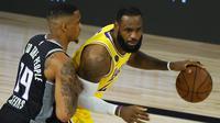 Bintang Lakers, LeBron James tidak bermain penuh saat timnya kalah dari Sacramento Kings pada laga lanjutan NBA 2019/2020. (Kevin C. Cox / GETTY IMAGES NORTH AMERICA / Getty Images via AFP)
