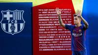Gelandang baru Barcelona asal Brasil, Philippe Coutinho menyapa penggemarnya di Nou Camp, Barcelona (8/1). Coutinho dikontrak Barcelona selama 5,5 tahun. (AFP Photo/Lluis Gene)