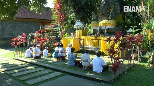 Umat Hindu dari Jabodetabek menjalani ritual dan sembahyang bersama di kawasan Gunung Salak, Bogor
