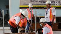 Sejumlah pekerja mengikuti pelatihan dan sertifikasi tenaga kerja konstruksi dan bidang bangunan umum di Workshop Balai Jasa Konstruksi, Jakarta (6/12). (Liputan6.com/Faizal Fanani)