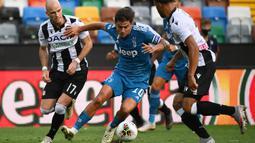 Penyerang Juventus, Paulo Dybala, berebut bola dengan bek Udinese, Bram Nuytinck, pada laga lanjutan Serie A di Dacia Arena, Jumat (24/7/2020) dini hari WIB. Juventus kalah 1-2 atas Udinese. (AFP/Marco Bertorello)
