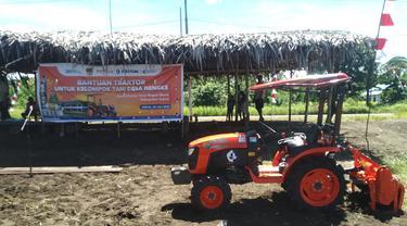 PT Pupuk Kalimantan Timur (PKT) salurkan satu unit traktor bagi kelompok tani Desa Nengke, Distrik Pantai Timur Bagian Barat, Kabupaten Sarmi Papua.