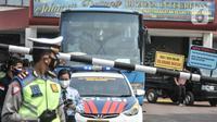 Sebuah bus berisi salah satu  keluarga korban yang sedang di Lapas Kelas I Tangerang, Rabu (8/9/2021). Pasca kebakaran yang melanda Lapas Tangerang, sejumlah keluarga korban mulai berdatangan ke posko crisis center untuk kepentingan identifikasi. (Liputan6.com/Iqbal S Nugroho)