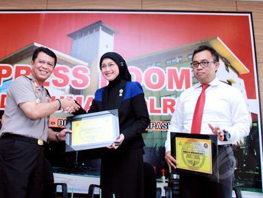 "Anggota Komisi VIII DPR RI dari Fraksi PAN Desy Ratnasari (kedua kanan) dan pemerhati anak, Seto Mulyadi (kiri) seusai diskusi ""Kasus Penelantaran Anak atau KDRT"" di Gedung Divisi Humas Mabes Polri, Jakarta, Senin (18/5). (Liputan6.com/Faisal R Syam)"