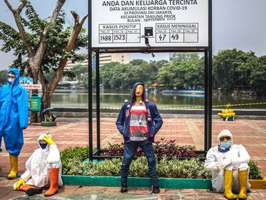 Boneka maneken yang mengenakan alat pelindung diri (APD) dipajang di Kawasan Danau Sunter, Jakarta, Selasa (15/9/2020). Pajangan tersebut merupakan inisiatif dari pihak Kelurahan Sunter Jaya untuk terus memberikan edukasi kepada masyarakat tentang bahaya COVID-19. (Liputan6.com/Faizal Fanani)