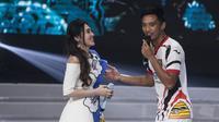 Pemain Mitra Kukar, Bayu Pradana duet nyanyi bareng Via Vallen pada acara peluncuran Liga 1 Indonesia di Studio 5 Indosiar, Jakarta, Senin (19/3/2018). Liga 1 nantinya akan diikuti oleh 18 klub. (Bola.com/Vitalis Yogi Trisna)
