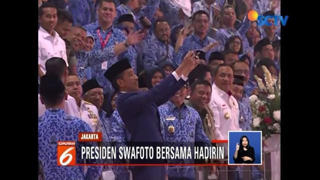 Selain swafoto bersama, Jokowi ajak para ASN agar bekerja sesuai dengan zaman dan teknologi di sela-sela perayaan HUT ke-47 Korpri di Istora Senayan, Jakarta.