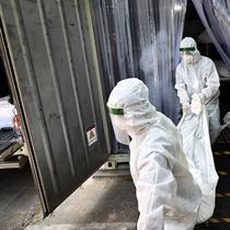 Pekerja memindahkan jenazah korban virus corona dari wadah (kontainer) berpendingin ke dalam peti mati di luar kamar mayat Rumah Sakit Thammasat, utara Bangkok, Rabu (4/8/2021). Thailand mencapai rekor tertinggi yakni lebih dari 20.000 kasus infeksi baru dalam sehari. (Lillian SUWANRUMPHA/AFP)