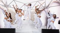 Penampilan rapper Cardi B bersama para penari dalam festival musik tahunan Coachella 2018 di Indio, California, Minggu (15/4). Cardi B tampil di atas panggung Coachella dalam kondisi hamil tujuh bulan. (Amy Harris/Invision/AP)