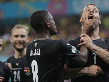 Striker Austria, Marko Arnautovic terancam hukuman dari UEFA atas insiden selebrasinya usai mencetak gol ke gawang Makedonia Utara dalam laga Grup C Euro 2020 (Euro 2021) di National Arena Bucharest, Rumania, Minggu (13/6/2021).  (Foto: AP/Pool/Robert Ghement)