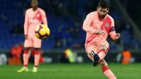 Lionel Messi berhasil mencetak dua gol sekaligus membantu Barcelona meraih kemenangan 4-0 atas Espanyol pada pekan ke-15 La Liga, di Cornella de Llobregat, Sabtu (8/12/2018) malam waktu setempat. (AFP/Pau Barrena)