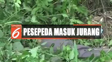 Seorang pria tewas terperosok masuk jurang sedalam lima meter saat bersepeda di Klapanunggal, Bogor, Jawa Barat.