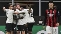 Pemain Lille merayakan gol yang dicetak Yusuf Yazici ke gawang AC Milan pada laga lanjutan Liga Europa 2020/2021 di Stadion San Siro, Jumat (6/11/2020) dini hari WIB. AC Milan kalah 0-3 oleh Lille. (AFP/Miguel Medina)