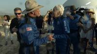 Jeff Bezos dan Wally Funk tunjukan ekspresi gembira setelah sukses terbang ke luar angkasa. (Dok: Blue Origin)
