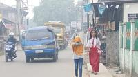 Nur Sarah, siswa SDN 79 Palembang saat pulang ke rumahnya setelah sekolah mengumumkan libur proses belajar mengajar (PBM) karena kabut asap tebal (Liputan6.com / Nefri Inge)