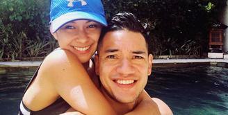 Pasangan pesinetron Nana Mirdad dan Andrew White sering membuat iri para netizen. Keharmonisan, kebersamaan pasangan ini sering ditunjukkan meski telah memiliki dua orang anak. (Instagram/andrew.white._)