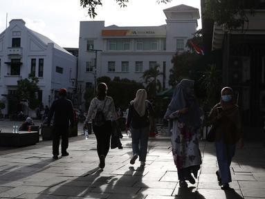 Warga berjalan-jalan di kawasan wisata Kota Tua Jakarta, Rabu (9/12/2020). Libur pelaksanaan Pilkada Serentak 2020 dimanfaatkan sejumlah warga untuk berwisata di kawasan Kota Tua Jakarta. (Liputan6.com/Helmi Fithriansyah)