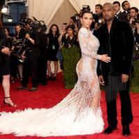 Kim Kardashian dan Kanye West di Met Gala 2015 (via usmagazine.com)