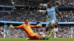 Proses terjadinya gol yang dicetak gelandang Manchester City, Raheem Sterling, ke gawang West Ham. Gol kemenangan City dicetak oleh Raheem Sterling dua gol dan Fernandinho satu gol. (Reuters/Darren Staples)