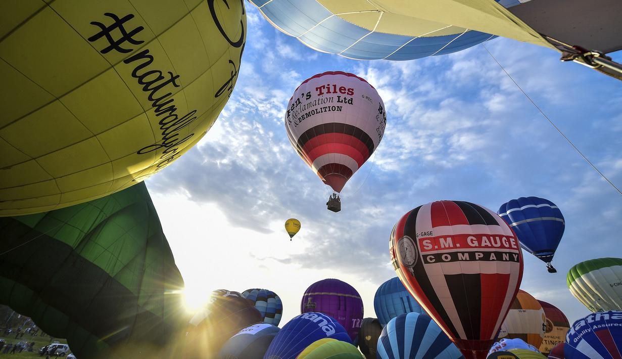 Sejumlah balon bersiap lepas landas massal dalam festival tahunan balon udara panas Bristol di Bristol, Inggris (8/8/2019). Ratusan balon terbang menghiasi langit Inggris dalam festival tahunan balon udara panas Bristol selama akhir pekan mendatang saat cuaca cerah. (Ben Birchall/PA via AP)